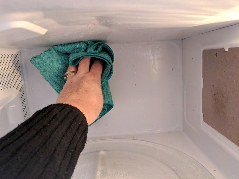 using vinegar to clean microwave